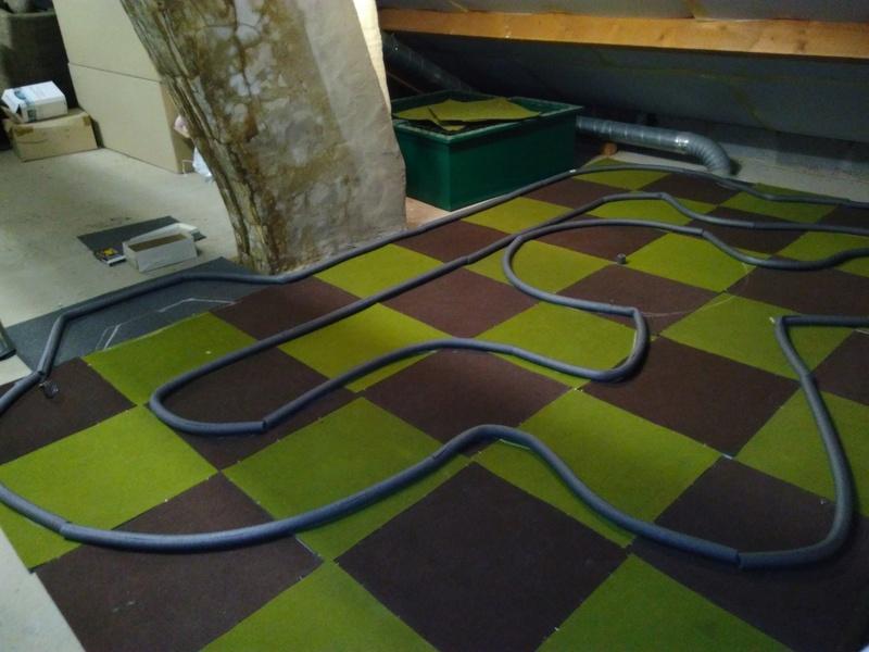 Piste en dalles de moquette dans le grenier ;) Img_2024