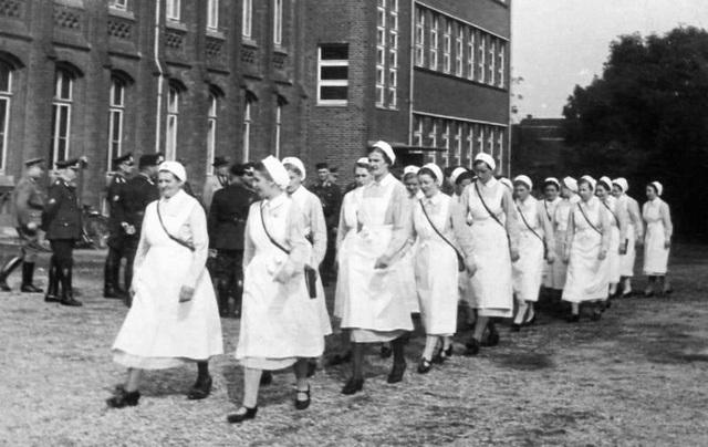 Deutsche Rote Kreuz (DRK), la tenue de l'aide soignante allemande 10210510