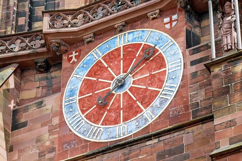 Reçu un beau diapo....Les horloges et pendules des rues..... - Page 42 Hor_e11