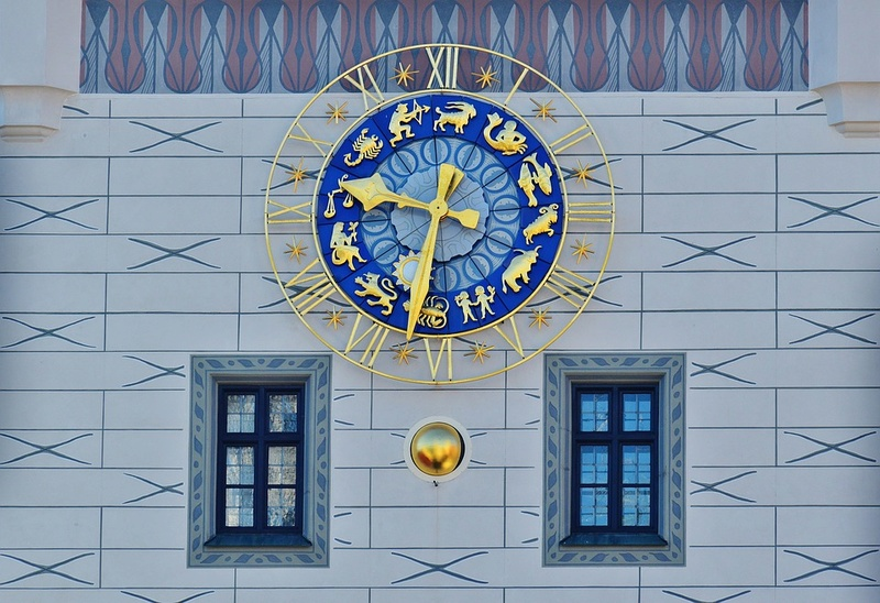 Reçu un beau diapo....Les horloges et pendules des rues..... - Page 42 Hor_gt10