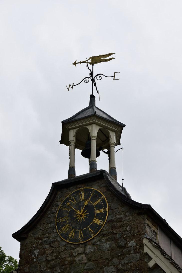 Reçu un beau diapo....Les horloges et pendules des rues..... - Page 43 Hor_tn10