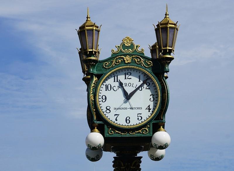 Reçu un beau diapo....Les horloges et pendules des rues..... - Page 41 Hor_yr10