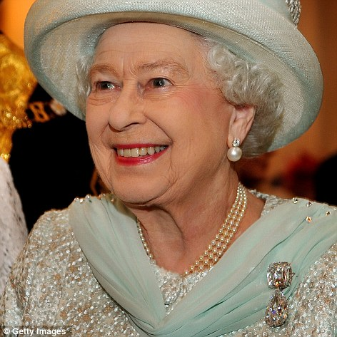 Série The Crown : le règne de la reine Elisabeth II - Page 2 15cesg10
