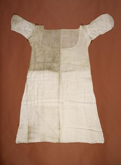 Chemise de Marie-Antoinette portée à la prison du Temple Chemis10