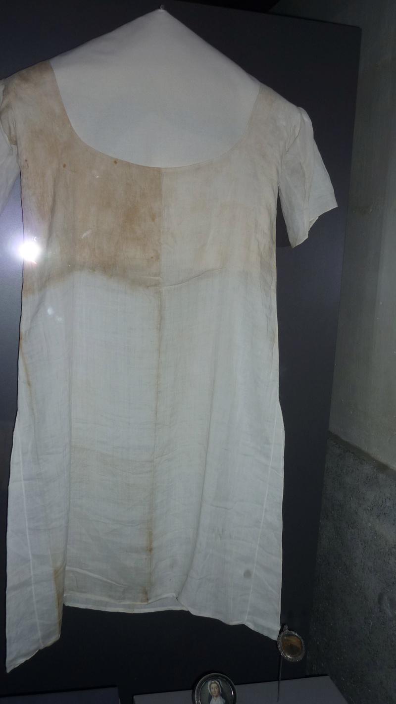 Chemise de Marie-Antoinette portée à la prison du Temple Chemis12