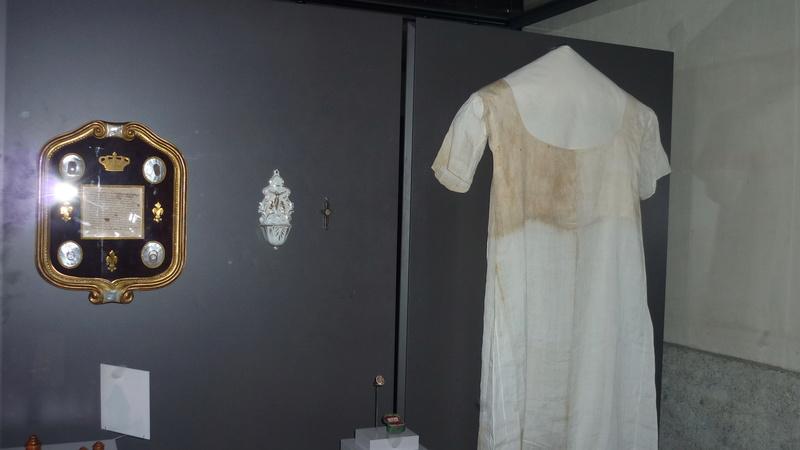 Chemise de Marie-Antoinette portée à la prison du Temple Marie_55