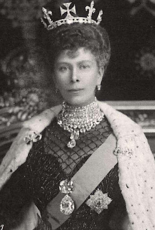 Série The Crown : le règne de la reine Elisabeth II - Page 2 Queen_10