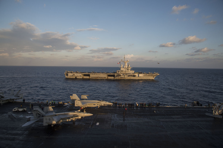 l'USS-Eisenhower-a-la-mi-decembre-a-marseille 16120614