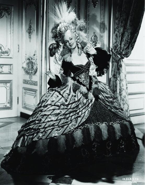 Les robes portées par les Marie Antoinette de nos écrans Still-10