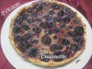 tarte aux cerises noires sur une crème. 13533110