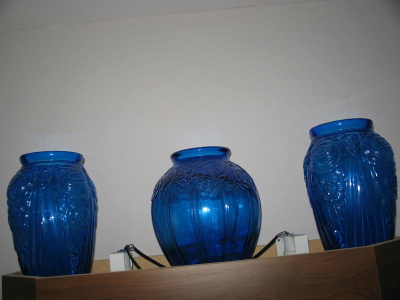Gros vase verre noir pressé moulé Art Déco (?) côtelé, fleurs satinées Img_2510