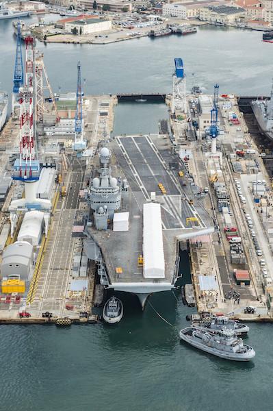 Le porte-avions Charles de Gaulle a rejoint le bassin Vauban . Pan-cd12