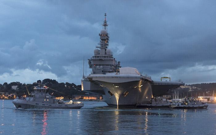 Le porte-avions Charles de Gaulle a rejoint le bassin Vauban . Pan-cd13