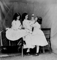 Alice au pays des merveilles et De l'Autre Côté du miroir (Lewis Carroll, 1865, 1871) Soeurs11
