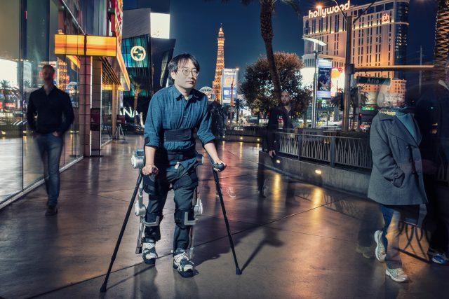 Περπατάμε και πάλι: Ο εξωσκελετός της Hyundai που βοηθά τους παραπληγικούς Hyunda11