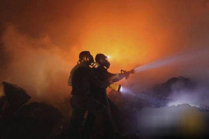 إصابة 3 مواطنين في حريق منزل بغزة 85125c11