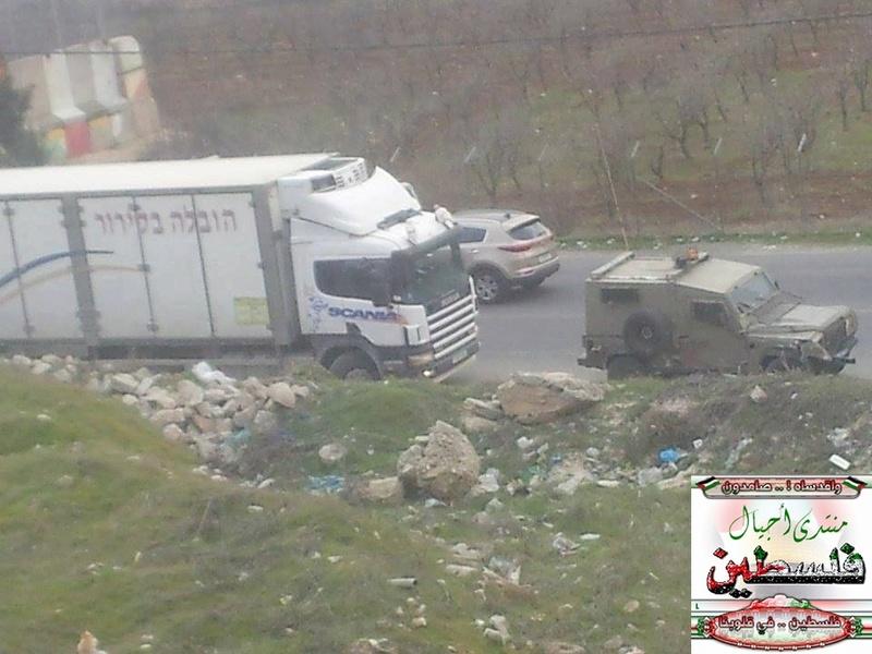 حادث سير بين جيب للاحتلال وشاحنة عند مدخل مخيم العروب شمال الخليل، قبل قليل. C4yxpt10