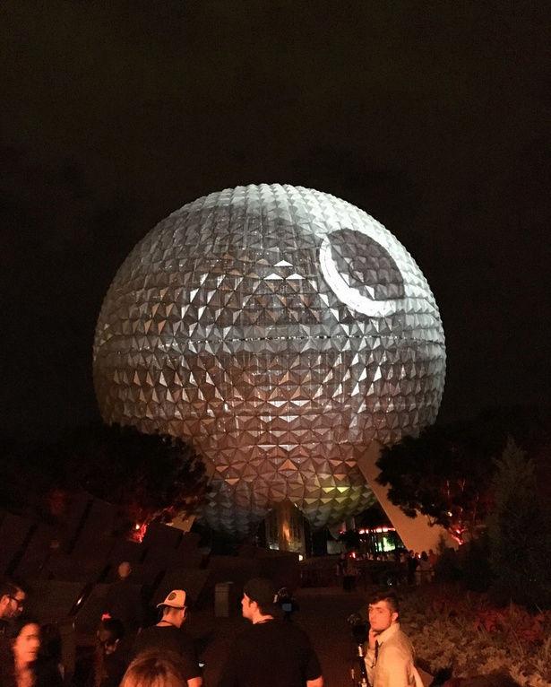 Pour la sortie du nouveau Star Wars, Disney transforme une attraction en immense Étoile noire ! Par Corentine Sys                                     Captur27