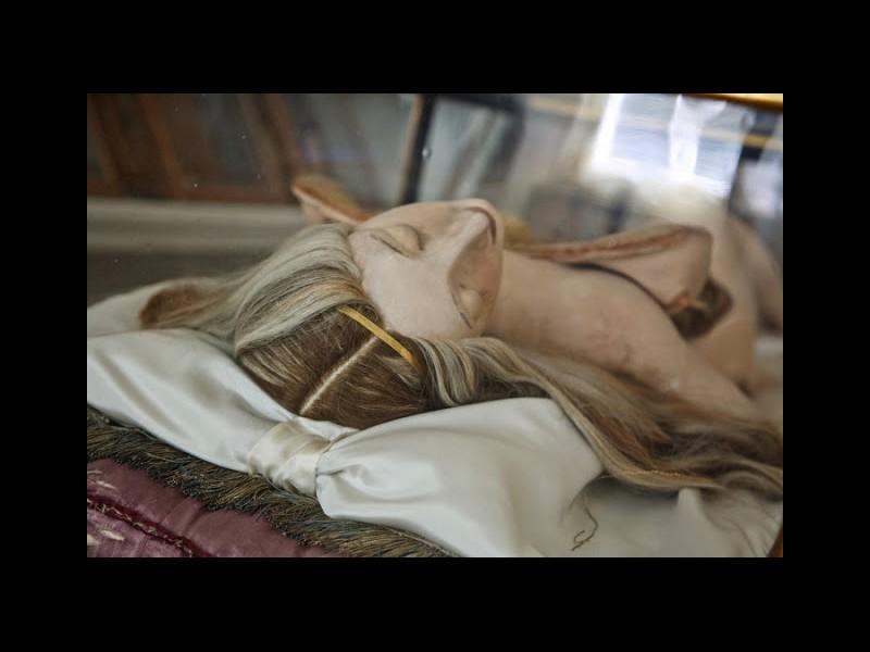 Le bref et mystique règne du cadavre de cire J1014