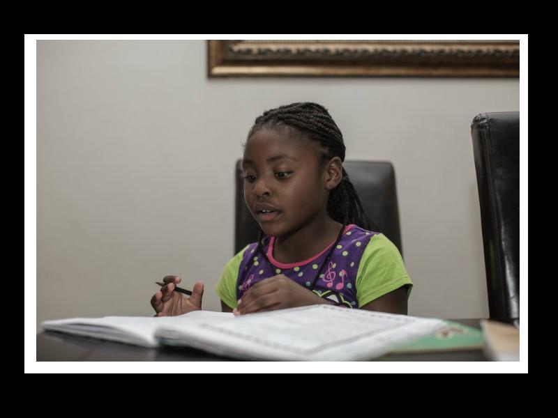 A 7 ans, elle écrit son premier livre en cachette et le publie  Sans_105