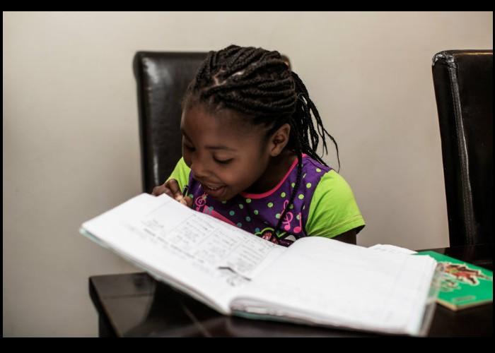 A 7 ans, elle écrit son premier livre en cachette et le publie  Sans_106