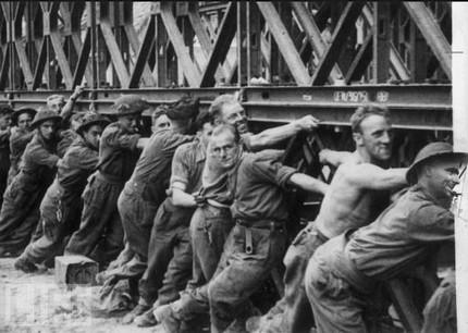 les ponts de Caen sur l'Orne à la date du 6 juin 1944 Hommes10