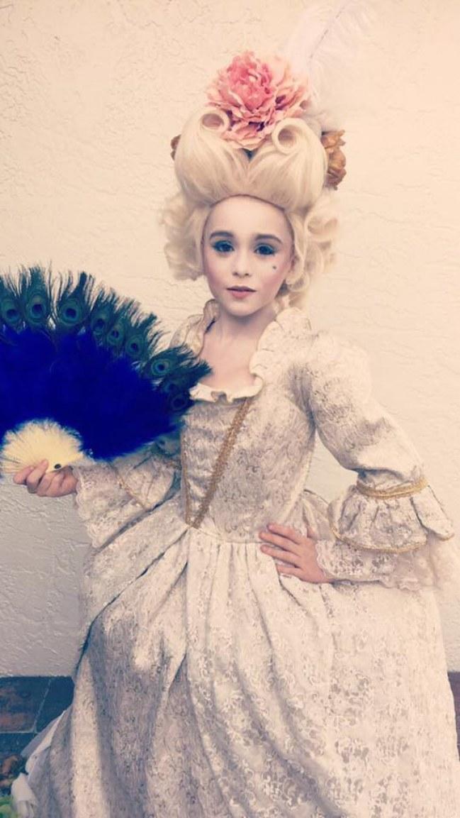 un petit gars se déguise en marie antoinette pour halloween Liam-s11