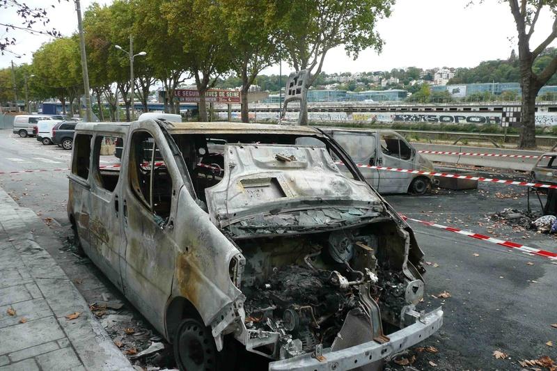 Véhicules incendiés sur la voie publique  P1100810