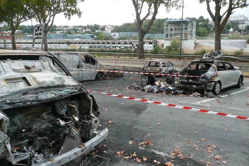 Véhicules incendiés sur la voie publique  P1100811