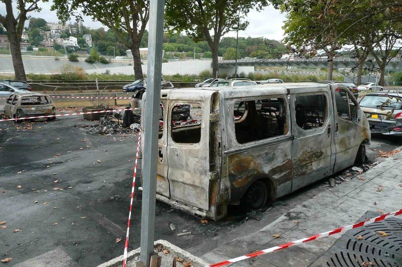 Véhicules incendiés sur la voie publique  P1100814