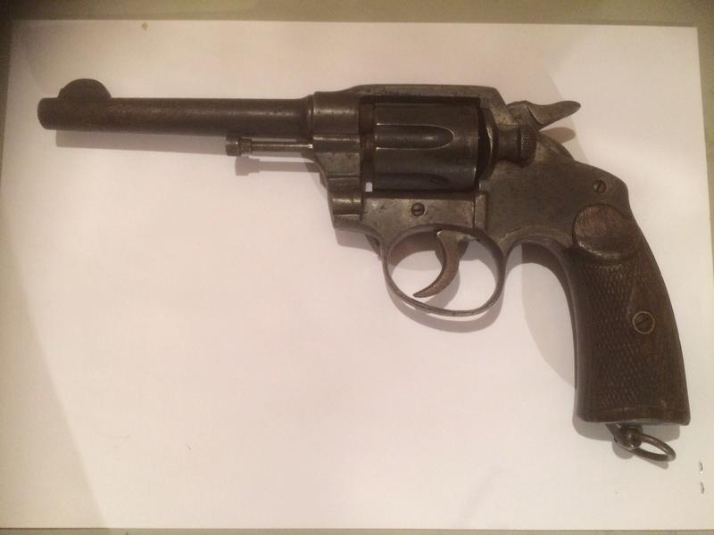 Qui pourrait identifier ce revolver? Img_0117