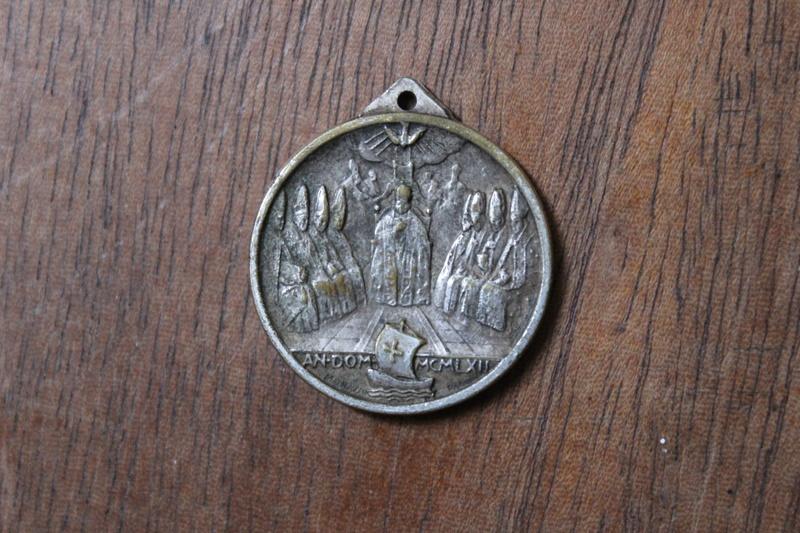 Médaille du Vatican reflet doré Img_3719