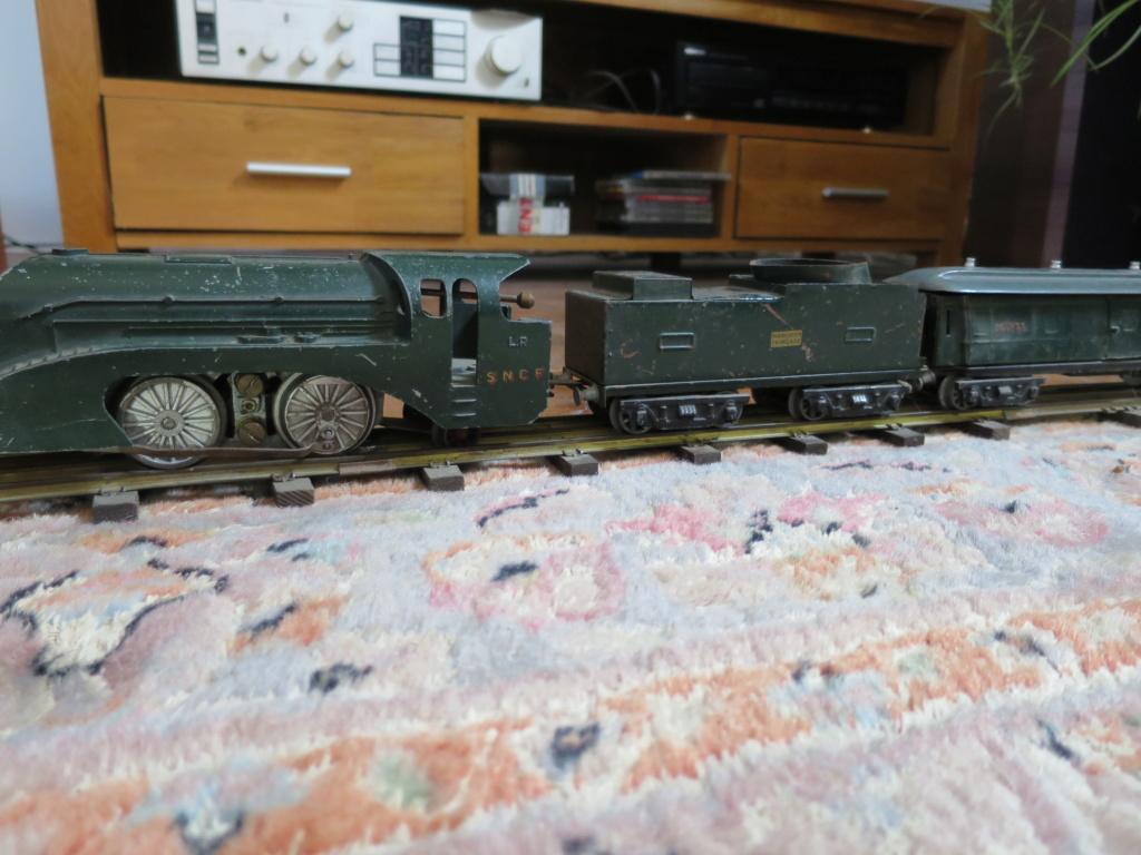 J'ai ressorti mes 2 vieux trains... Img_0910