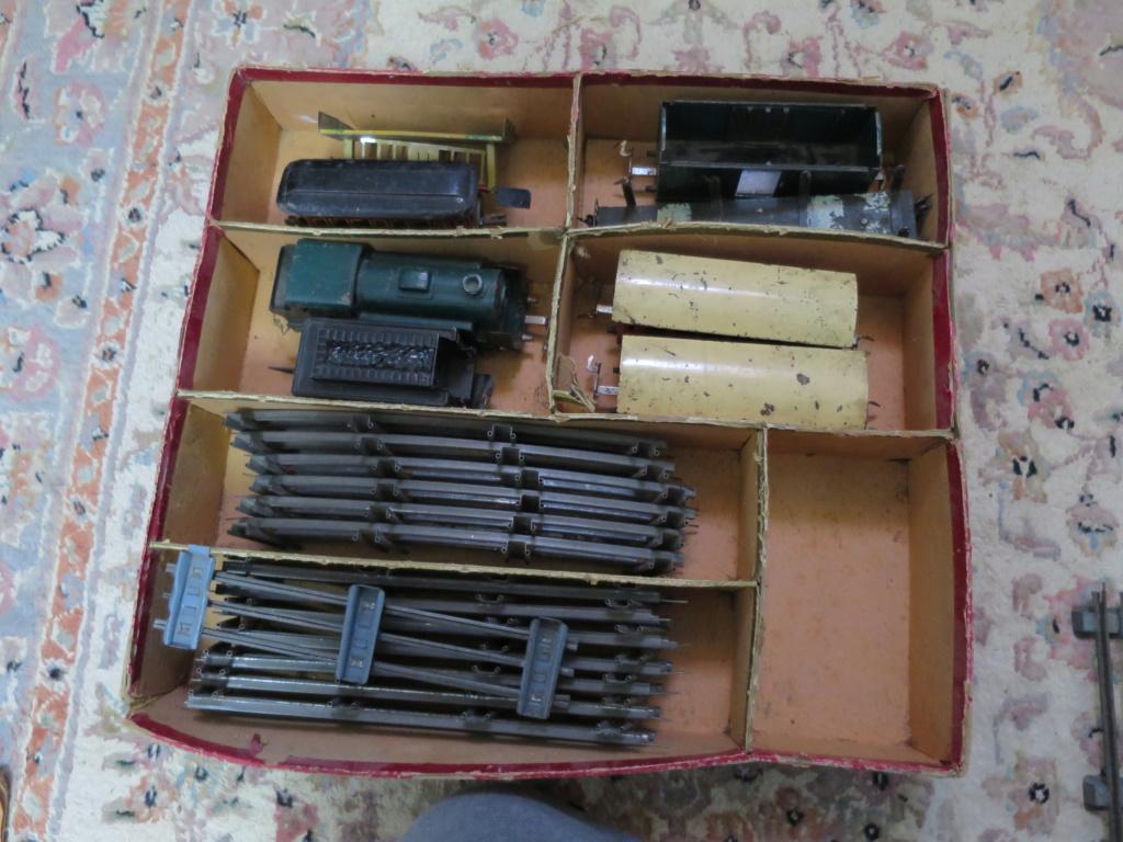 J'ai ressorti mes 2 vieux trains... photos ci-jointes du second train (la boite rouge)... Img_0917