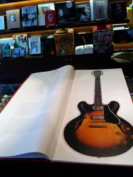 Un GRAND Livre sur des guitares de rêve    Images56