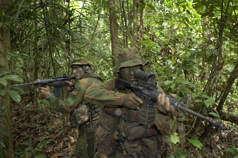 Dutch sf with jungle uniforms (originally posted by ys2003) Hollan11