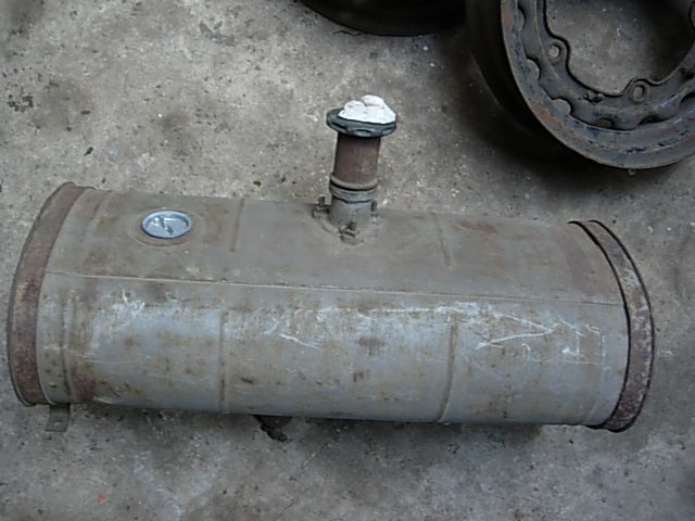 Réservoir, pneus, radia Ford etc . . . .    Dscn8511