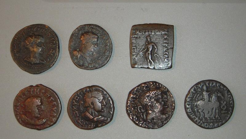Brochette de monnaies antiques inconnues et bien exotiques.. Dscn2412