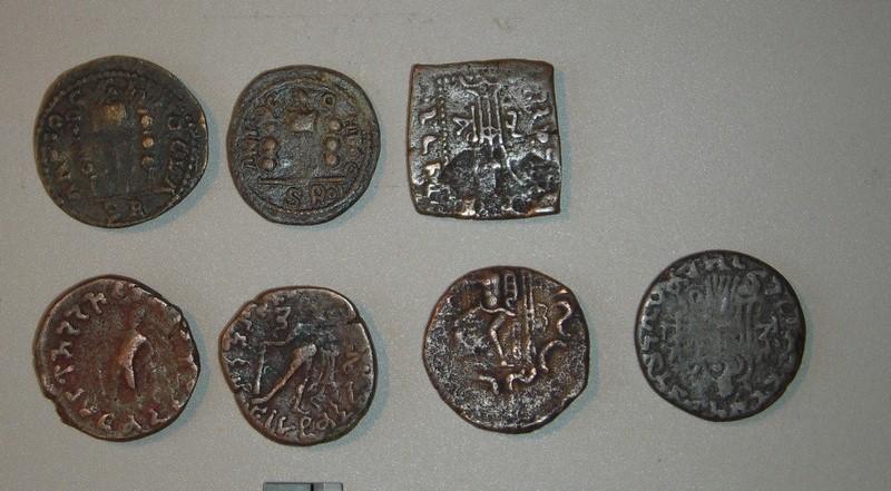 Brochette de monnaies antiques inconnues et bien exotiques.. Dscn2414