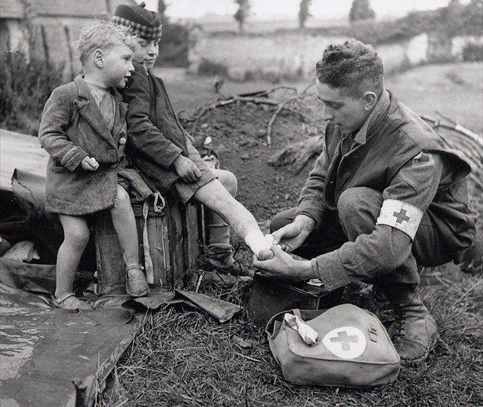 Soins à la guerre (médic, civils, morts ..) Un_myd10