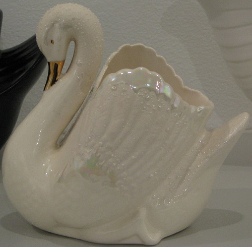 Shape 2147 Gold Beaked Swan was not made by Crown Lynn Swan_l10