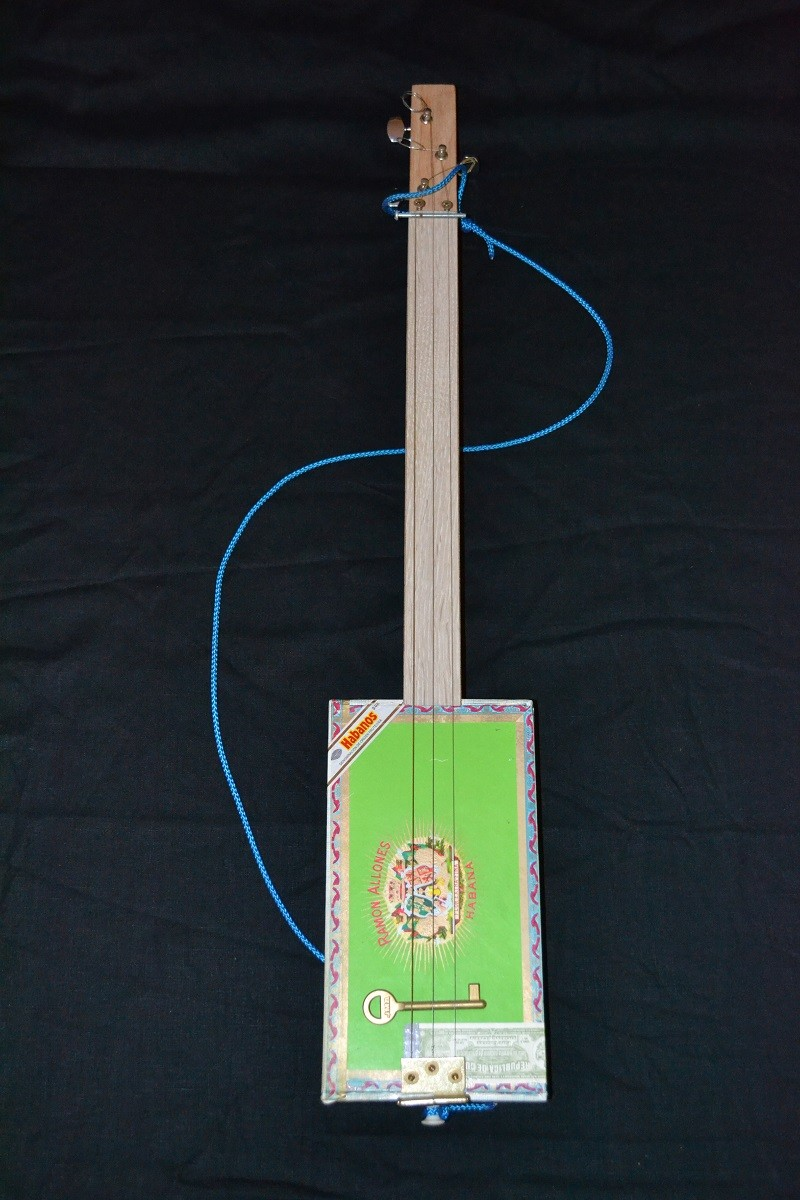 Fabriquer une cigar box guitar simple. C-b-g_10