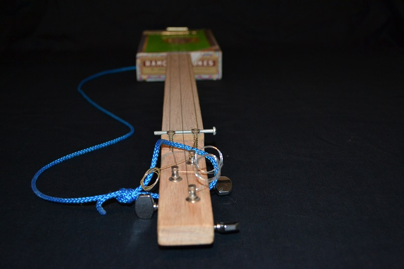 Fabriquer une cigar box guitar simple. C-b-g_11