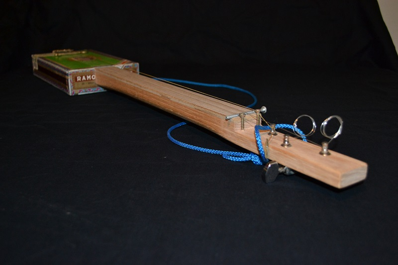 Fabriquer une cigar box guitar simple. C-b-g_13