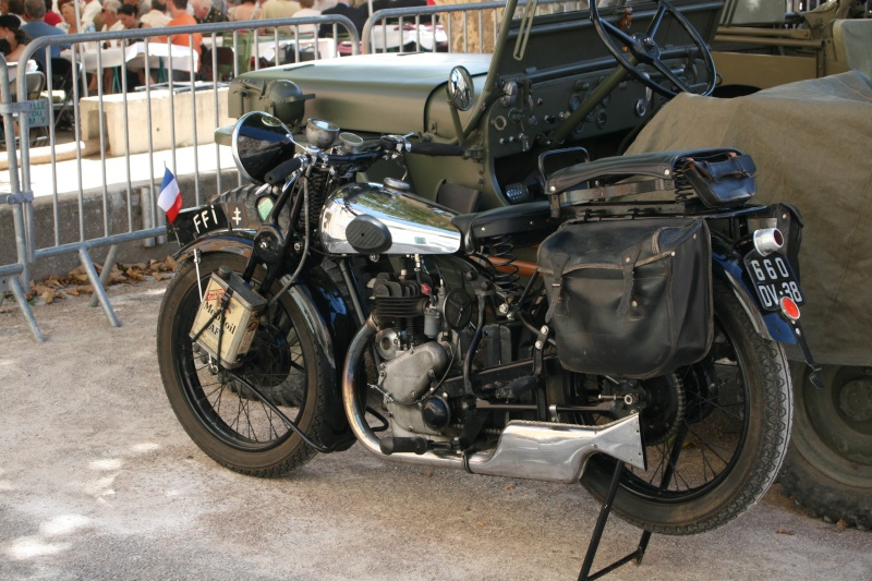 photos prie par mai soin de véhicule militaire ancien pour la fête de la libération du MUY Img_6030