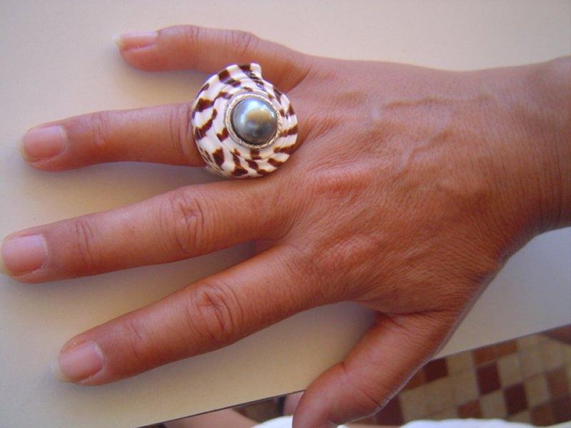 Un coquillage au doigt. M_dsc011