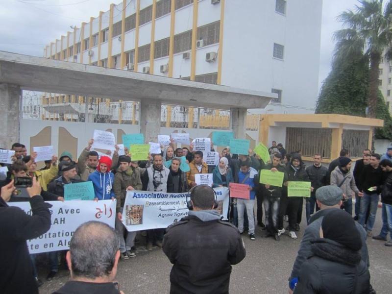 Les etudiants de Bejaia marchent contre le gaz de schiste  Sadi25