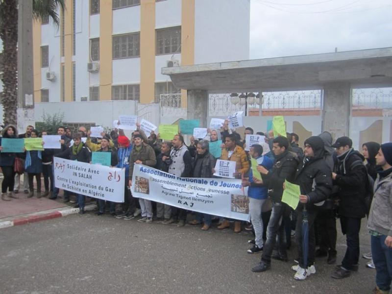 Les etudiants de Bejaia marchent contre le gaz de schiste  Sadi26