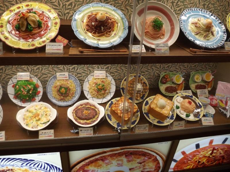 Sampuru : des faux plats qui présentent les répliques en plastique des différents menus des restaurants Vitrin10