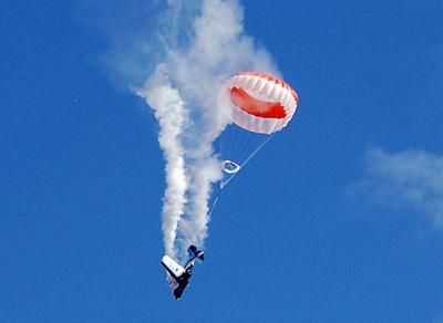 Máy bay gãy cánh giữa trời trong lúc trình diễn Plane10